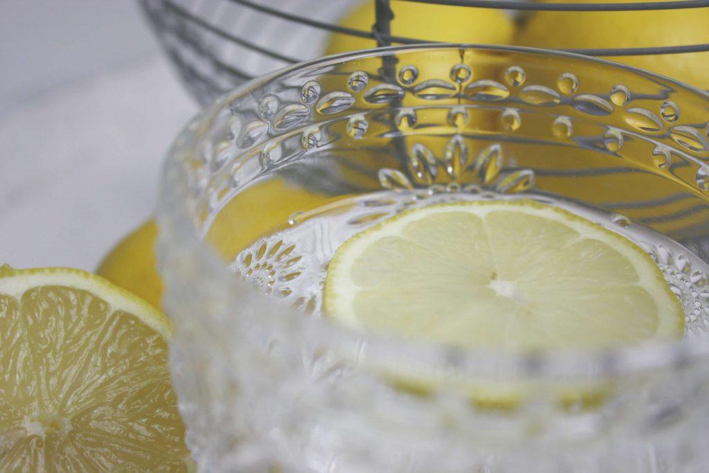 Ein Glas Wasser mit Zitrone als Morgenroutine