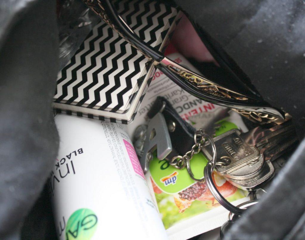 Wie lange suchen Frauen in ihrer Handtasche? Wie du das Chaos in der Handtasche in den Griff bekommst.