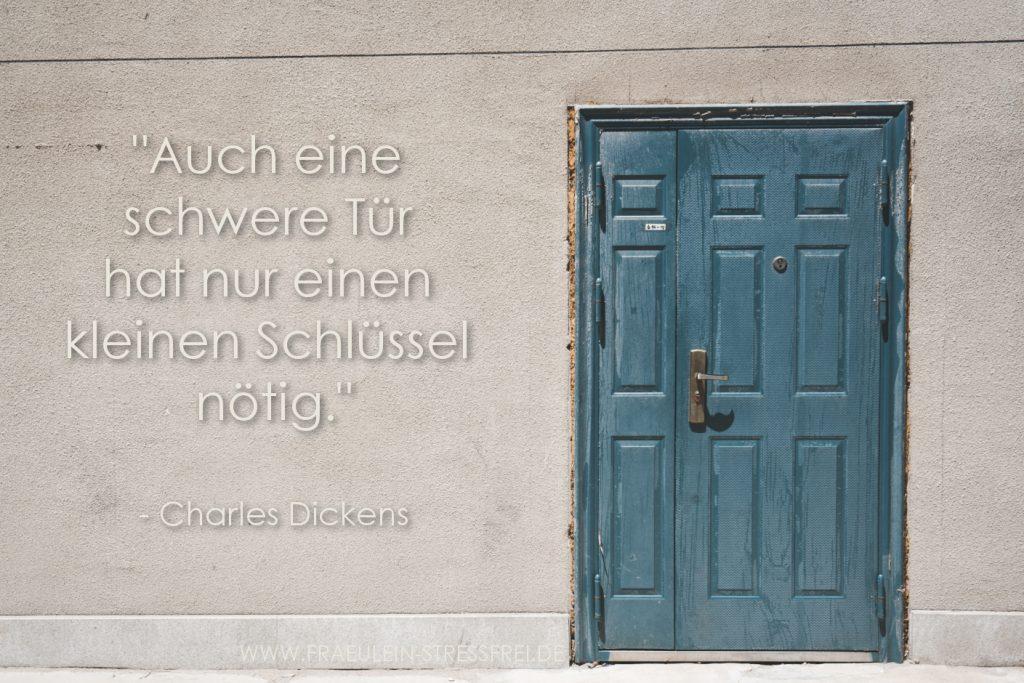 Auch eine schwere Tür hat nur einen kleinen Schlüssel nötig. - Charles Dickens