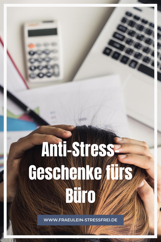 gestresste Frau vor ihren Schreibtisch mit Laptop, Rechner und Papier - Anti-Stress-Geschenke fürs Büro